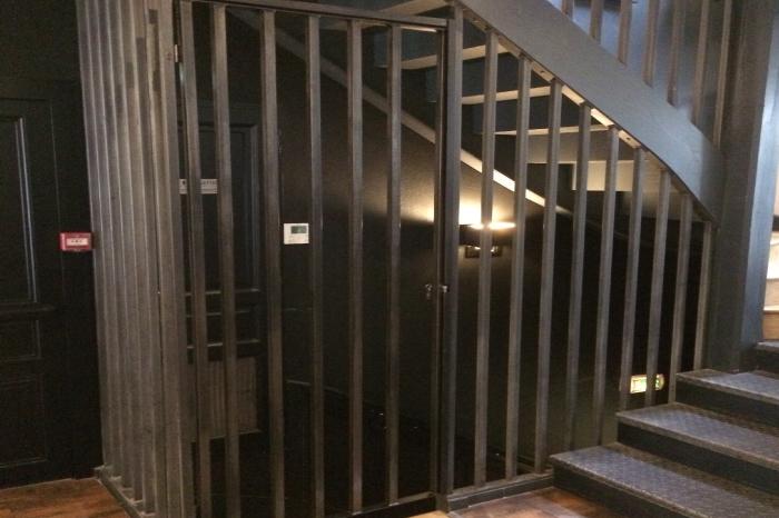 Porte sur-mesure et sécurisée de cage d'escalier JPBriand