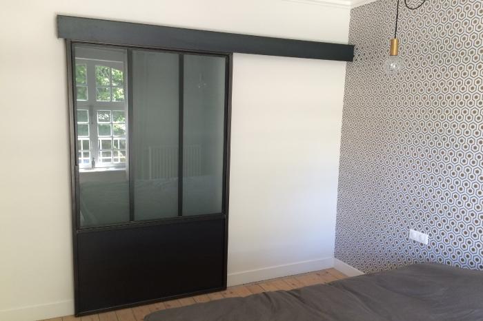 Porte-verrière coulissante en acier et verre opaque JPBriand
